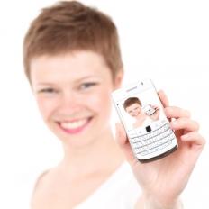 mDokumenty - ilustracja - kobieta z telefonem