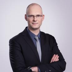 Zdjęcie portretowe Michała Widelskiego - Dyrektor Generalny Ministerstwa Cyfryzacji.