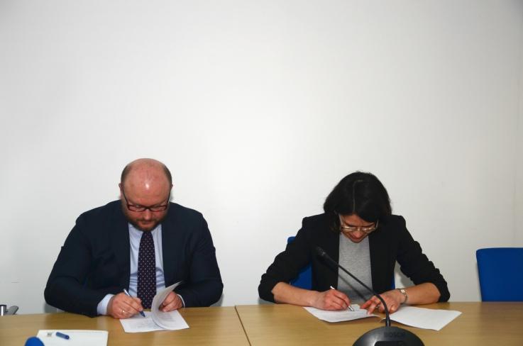 Podpisanie porozumienia przez Annę Streżyńską, minister cyfryzacji i Mariusza Białeckiego, prezesa Krajowej Rady Notarialnej
