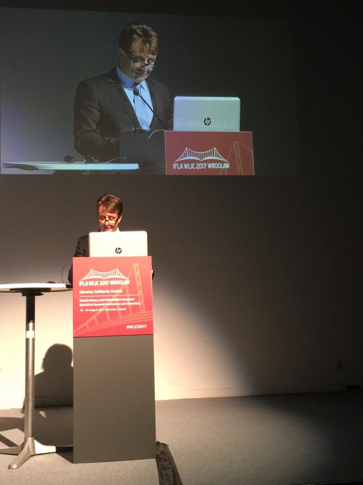 Minister Krzysztof Szubert podczas sesji plenarnej 83. Światowego Kongresu Bibliotek i Informacji